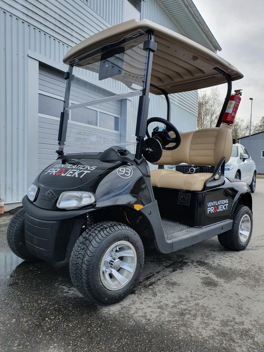 Golfbil med sponsorlogga